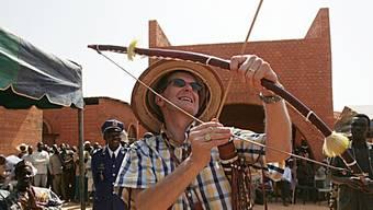 Der damalige Bundespräsident Joseph Deiss 2004 in Koudougou, Burkina Faso, mit einem Gastgeschenk. Wie der Magistrat zielten schon die frühesten Asiaten in die Luft: Vor 48'000 Jahren schossen sie im Dschungel Tiere mit Pfeil und Bogen von den Bäumen. (Archivbild)