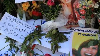 Blumen für die Opfer vor der Discothek im bralianischen Santa Maria (Archiv)