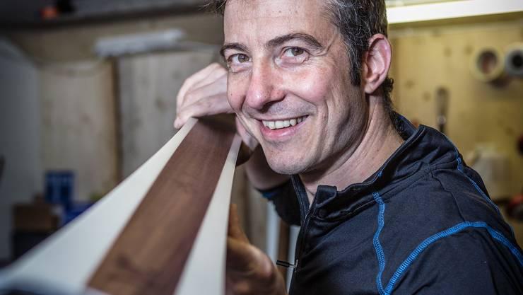 Roy Leuenberger aus Kölliken hat sich seinen Traum erfüllt: Er baut in einem Bauernhaus eigene Ski