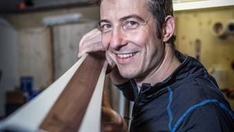 Roy Leuenberger aus Kölliken hat sich seinen besonderen Traum erfüllt: Er baut in einem Bauernhaus eigene Ski.