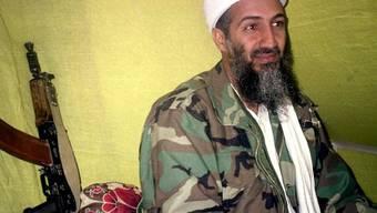 Zudem zeigt das CIA private Videos von Bin Laden. Dort sieht er in seinem Haus TV