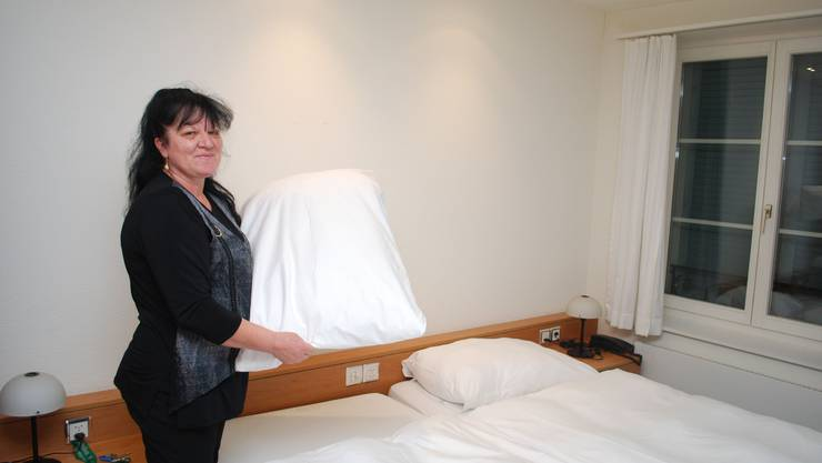 Alles wieder frisch: Nada Miloviwic hat die Betten bezogen, damit sich neue Gäste wohl fühlen können. (es)