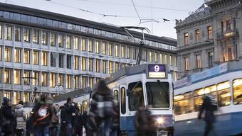 Viele Schweizer Firmenchefs befürchten, dass die Wirtschaft 2020 nicht weiter wachsen wird: der Paradeplatz in Zürich (Archivbild).