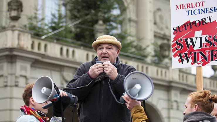 Der Winzer Ivo Monti hält eine Rede an der Demonstration von Schweizer Winzern und Winzerinnen. Sie fordern eine Import-Limitierung bei ausländischem Wein.