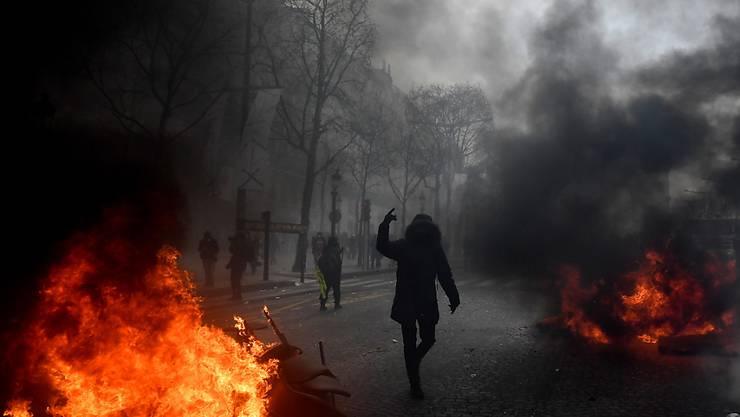 """Bei """"Gelbwesten""""-Protesten in Paris ist es erneut zu gewalttätigen Auseinandersetzungen gekommen."""