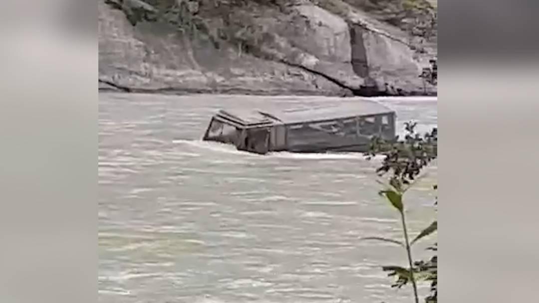 Armee-Duro landet bei Chur im Rhein: Rekrut erleidet Schock und Schürfungen