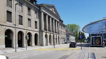 Auf dem Parkplatz der Post in Aarau kollidierte ein Lenker beim Manövrieren mit einem anderen Auto. Dann ergriff er die Flucht.