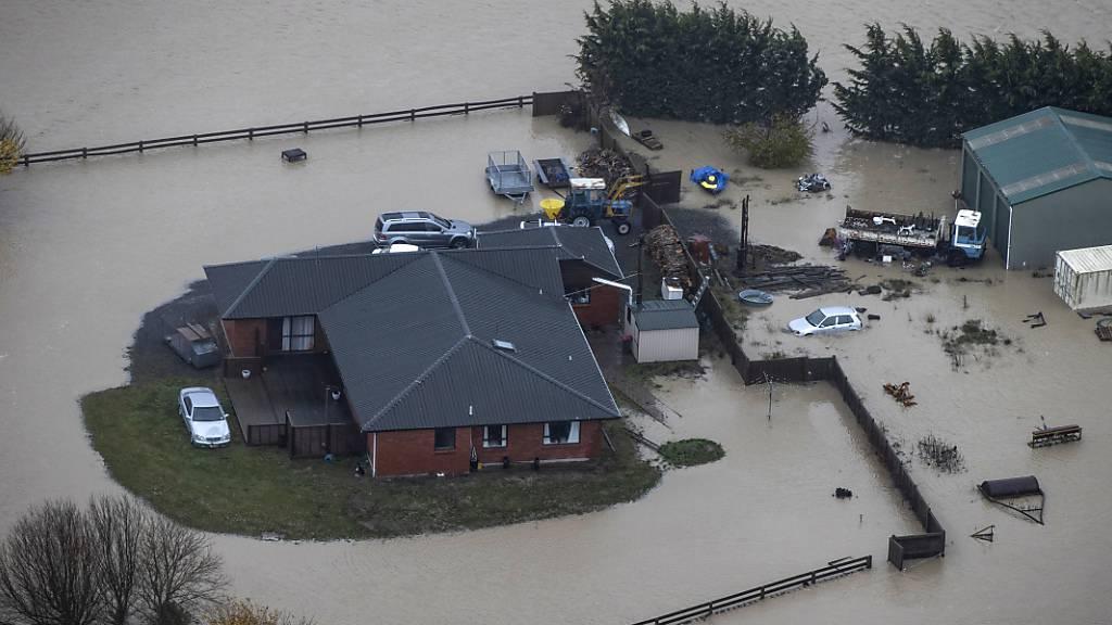 Ein Bauernhaus und ein Gebäude stehen unter Wasser. In Neuseeland sind Hunderte Menschen nach schweren Überschwemmungen in der Region Canterbury in Sicherheit gebracht worden. Foto: George Heard/New Zealand Herald/AP/dpa Foto: George Heard/New Zealand Herald/AP/dpa - ACHTUNG: Nur zur redaktionellen Verwendung im Zusammenhang mit der aktuellen Berichterstattung innerhalb der nächsten 14 Tage und nur mit vollständiger Nennung des vorstehenden Credits