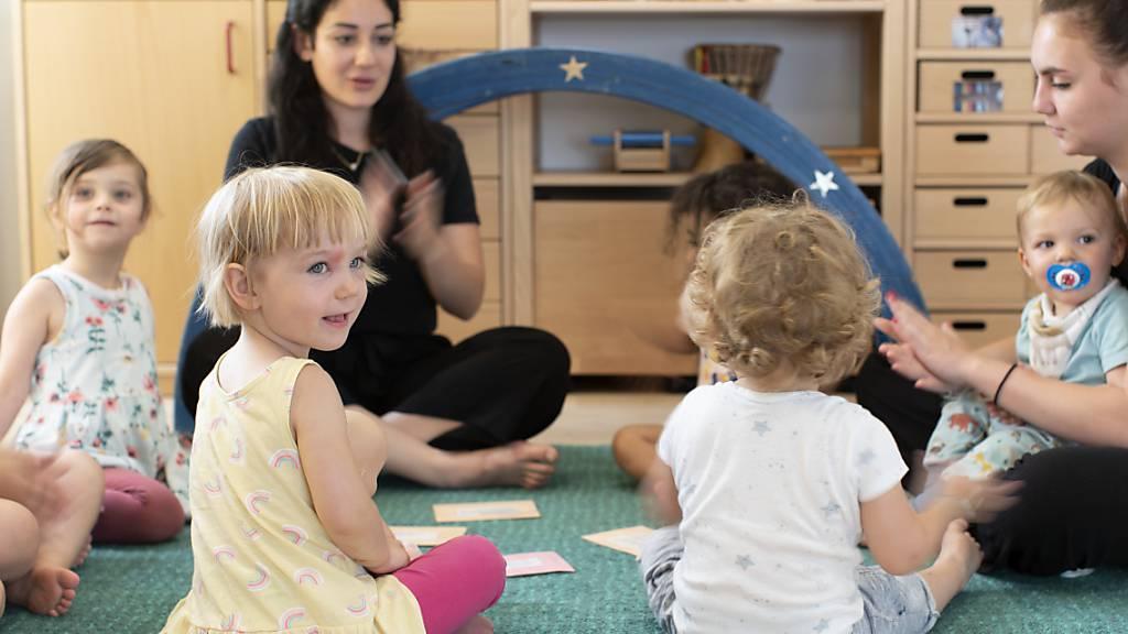 Kinder und ihr Betreuungspersonal in einer Zürcher Kindertagesstätte (Kita): der Bund hat die Schaffung von familienergänzenden Betreuungsplätzen für Kinder in den letzten 18 Jahren massgeblich gefördert. (Archivbild)