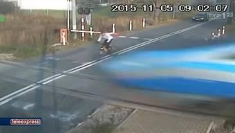 Das Video zeigt, wie der Velofahrer die Barriere ignoriert – und dafür ganz schön büssen muss.
