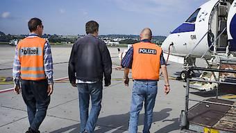 Der Nationalrat will die Zahlen zur Ausschaffung krimineller Ausländer abwarten und nicht bereits wieder neue Statistiken verlangen. Er hat eine Motion von Gregor Rutz (SVP/ZH) abgelehnt. (Symbolbild)