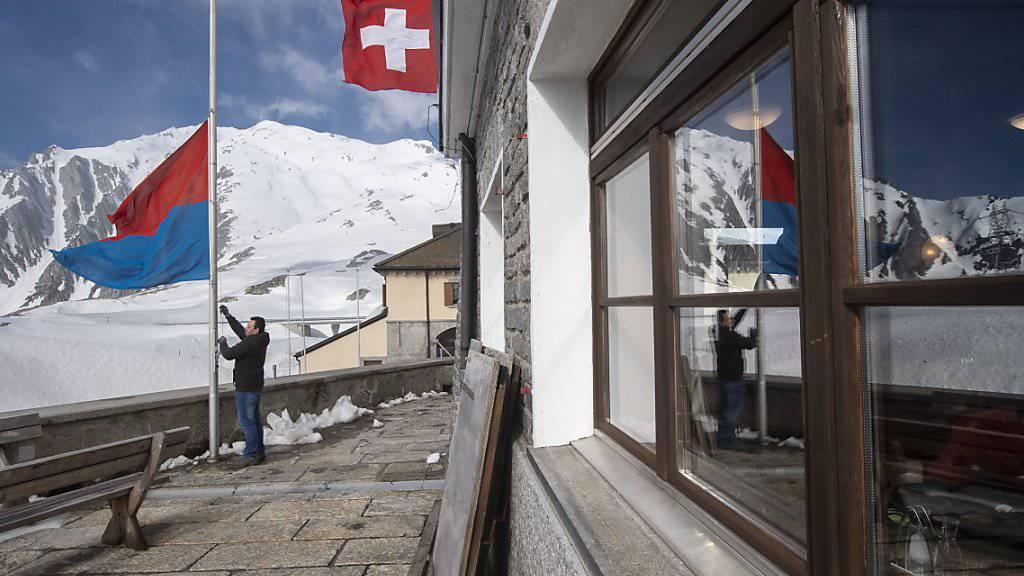 Die Restaurants auf der Gotthardpasshöhe, hier eine Aufnahme vom letzten Donnerstag, können von Airolo her erreicht werden. Die Passstrasse ist aber wegen Lawinengefahr weiterhin nicht durchgehend befahrbar.