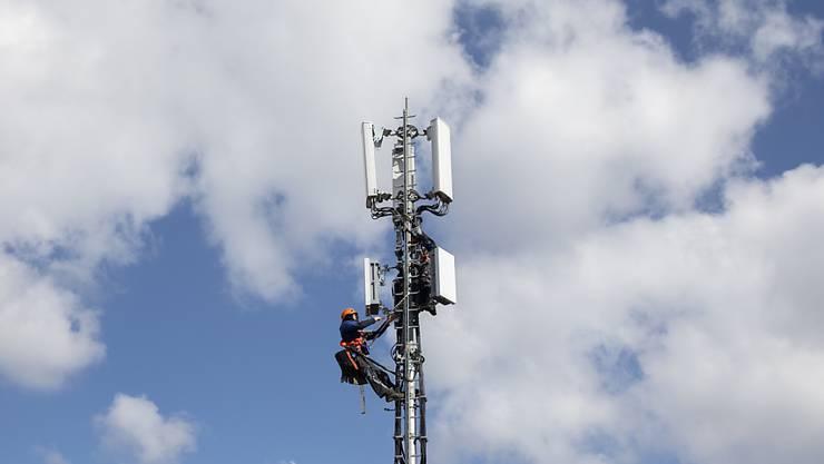 Ein derartiges Bild wird wohl bald auch in Mellingen zu sehen sein: Swisscom-Monteure beim Installieren einer 5G-Antenne in Bern. (Archivbild)