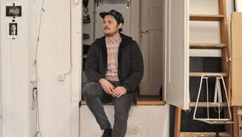 Gregor Brändli vor seinem in die Wohnung integrierten Fotostudio im Gotthelfquartier.
