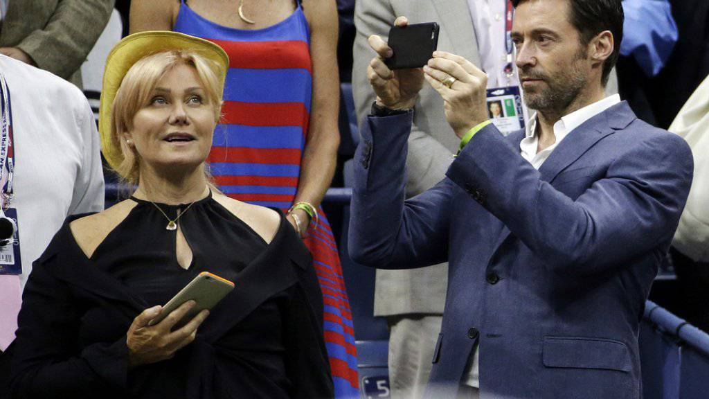 Hugh Jackman - hier beim Fotografieren seiner Frau Deborra-Lee Furness vor dem U.S. Open-Match zwischen Roger Federer und Novak Djokovic - muss nicht immer im Mittelpunkt stehen (Archiv 13.9.)