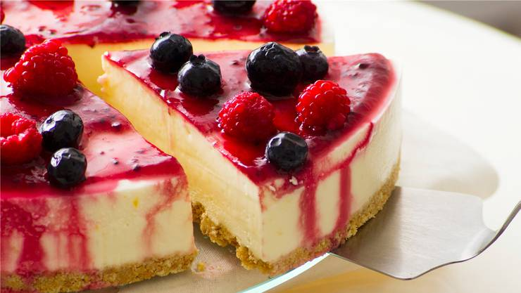 So ist Quark zwar nicht kalorienarm, aber lecker: Quarktorte mit Beeren.