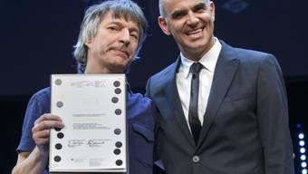 Franz Treichler mit Bundesrat Alain Berset bei der Preisverleihung