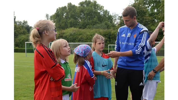 Special Youth Camp 2014: Fabian Frei bespricht sich vor dem Spiel mit seinen Mitspielerinnen.