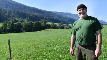 Bürgergemeindepräsident Jürg Uebelhart vor dem Allmendland, das zur Pacht ausgeschrieben wurde.