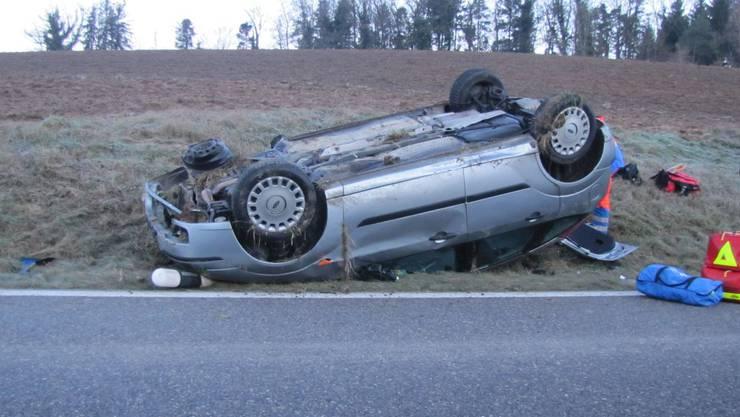 Das Auto des 18-jährigen Autofahrer überschlug sich im Morgenverkehr, als er mit einem korrekt entgegenkommenden Auto kollidierte.
