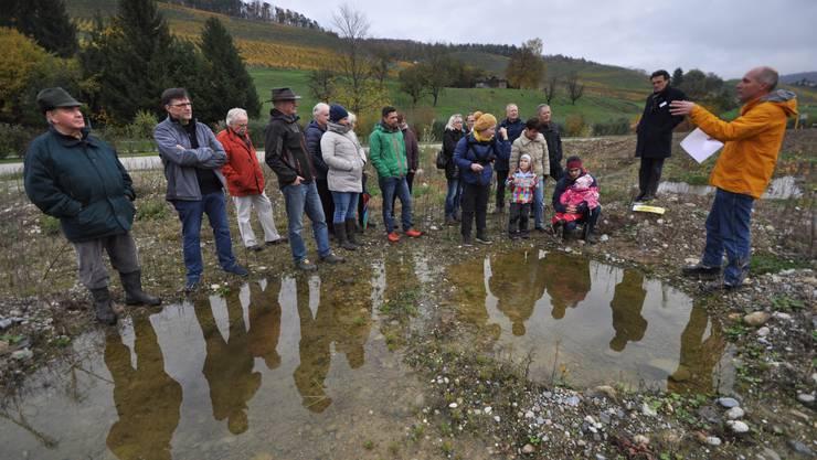 Beat Haller vom Fachverband Schweizer Kies- und Betonindustrie erklärt den Besuchern die geplante Deponie Buchselhalde in Tegerfelden und deren mögliche Gestaltung.