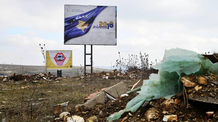 Das offizielle 10-Jahres-Feier-Plakat auf einem Feld ausserhalb der südostkosovarischen Stadt Gjilan.