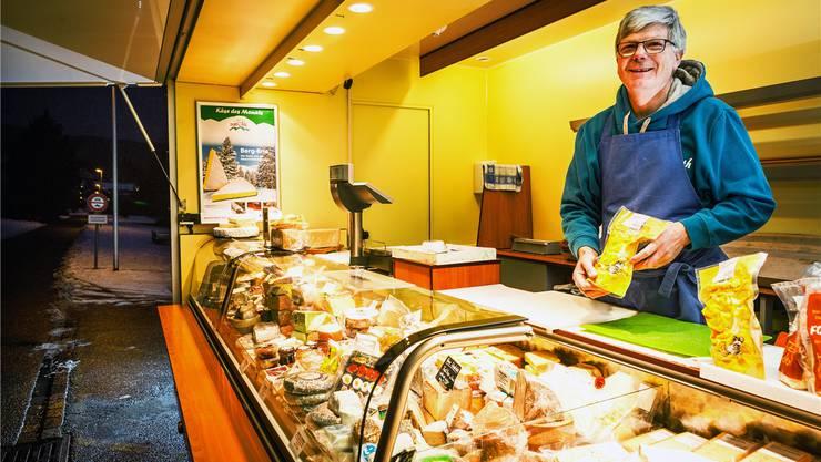 Rund 120 Käsesorten bietet Ruedi Anliker in seinem mobilen Käsespezialgeschäft an. Damit fährt er von einem Markt zum anderen. Chris Iseli