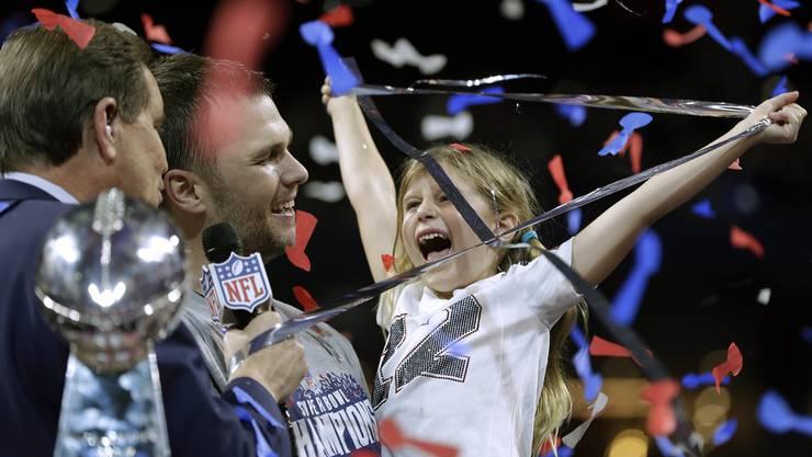 Tom Brady freut sich mit seiner Tochter.