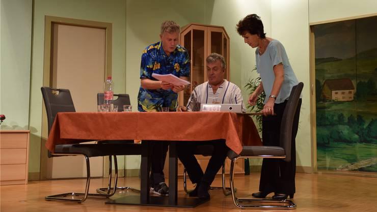 Susanne Schwartz und Fritz Schwartz zeigen Herbert Langmeier die Pläne für sein neues Hochhaus.