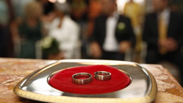 Eheringe: Bei Zwangsheiraten bringen Opfer oft die emotionale Kraft nicht auf, sich deswegen zu melden.
