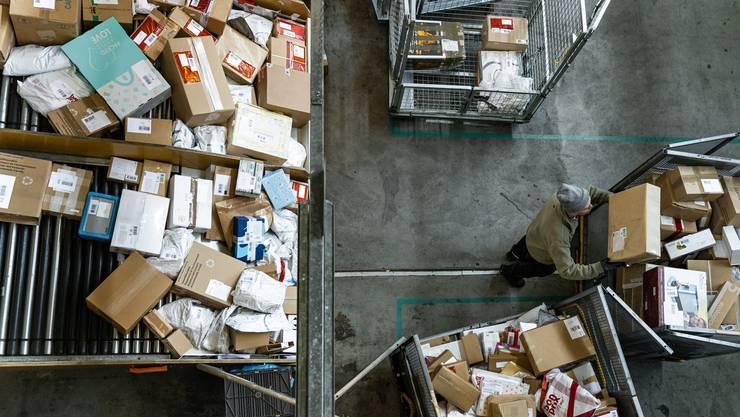 Wegen der Coronakrise ertrinkt die Post zurzeit in einer Paketflut. (Symbolbild)