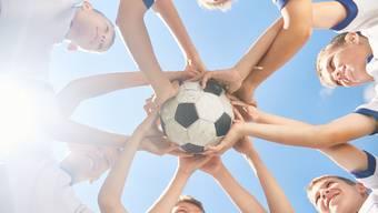 Der Andrang um den Fussball ist im Aargau gross: 1000 Kinder stehen aktuell auf der Warteliste der Klubs. (Symbolbild)