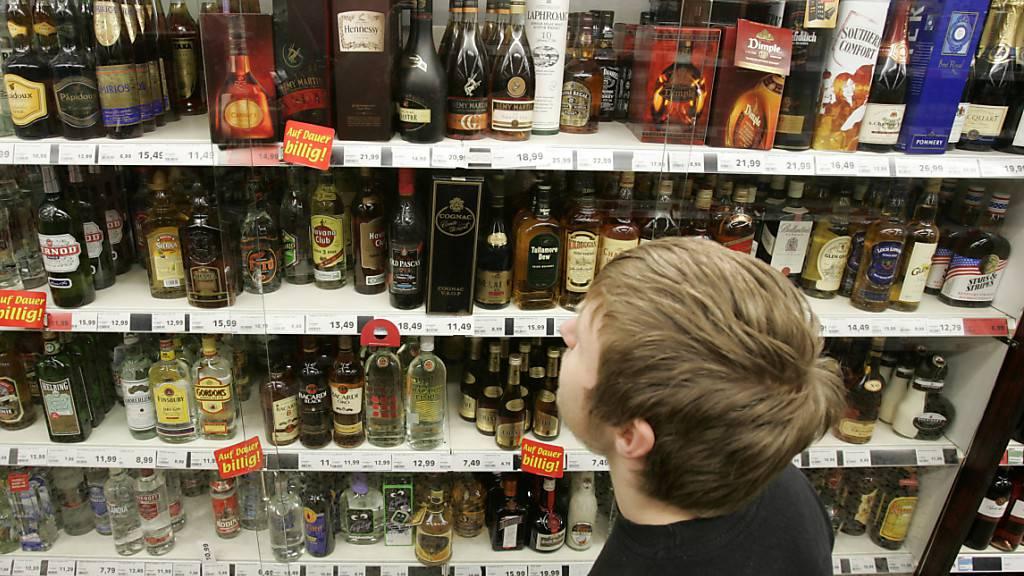 2019 gab es in der Schweiz über 6500 Alkoholtestkäufe durch Minderjährige. Jeder fünfte davon war von Erfolg gekrönt. (Themenbild)