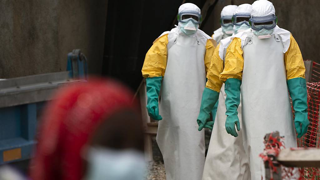 ARCHIV - Helfer in spezieller Schutzkleidung in einem Ebola-Behandlungszentrum in der Demokratischen Republik Kongo. Foto: Jerome Delay/AP/dpa
