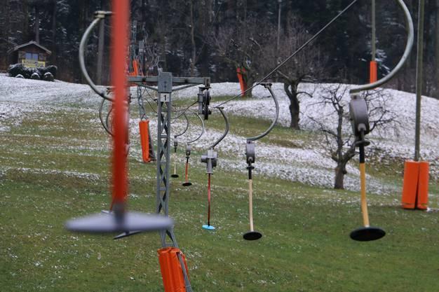 Warten auf genügend Schnee: Die Teller am Skilift Föhrlimatt in Wegenstetten wurden zwar bereits Anfang November montiert, zum Einsatz kamen sie in diesem Winter jedoch noch nicht.