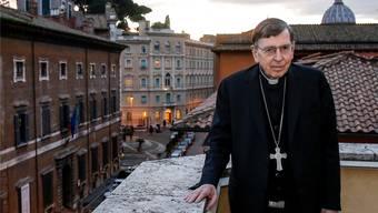 Kardinal Kurt Koch im Vatikan auf dem Balkon des herrschaftlichen Gebäudes, in dem er arbeitet. Im Hintergrund rechts die Kuppel des Petersdoms.
