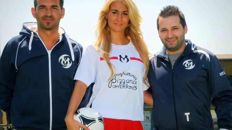 Kristjan Laski (Vorstandsmitglied), Nadine Bolliger (Model) und Engard Gjokaj (Trainer, von links) bei der Trikot-Präsentation. Schläfli