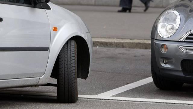Der Unfall geschah, als der Lenker das Auto umparkieren wollte. (Symbolbild)