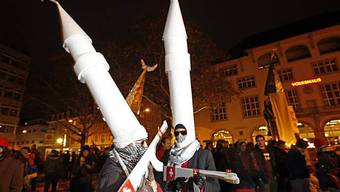 Menschen demonstrieren auf dem Helvetiaplatz in Zürich