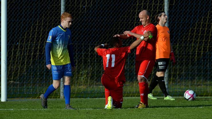 Samuel Zayas (l.) und Kliment Nastoski jubeln, hängende Köpfe beim FC Biberist.