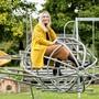 Tamara Cantieni auf Zeitreise: Kurz vor ihrem ersten grossen Solo-Auftritt als «Bad Influencerin» sitzt sie nochmals auf dem Flugzeug im Murianer Quartier Bühlfeld, auf dem sie schon vor 40 Jahren gespielt hat.