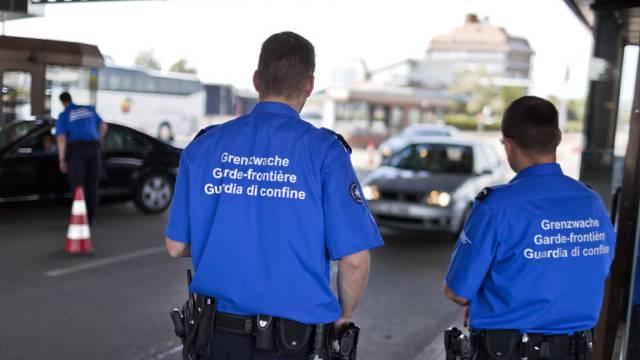 Schweizer Grenzwächter am Grenzübergang in Basel (Archiv)