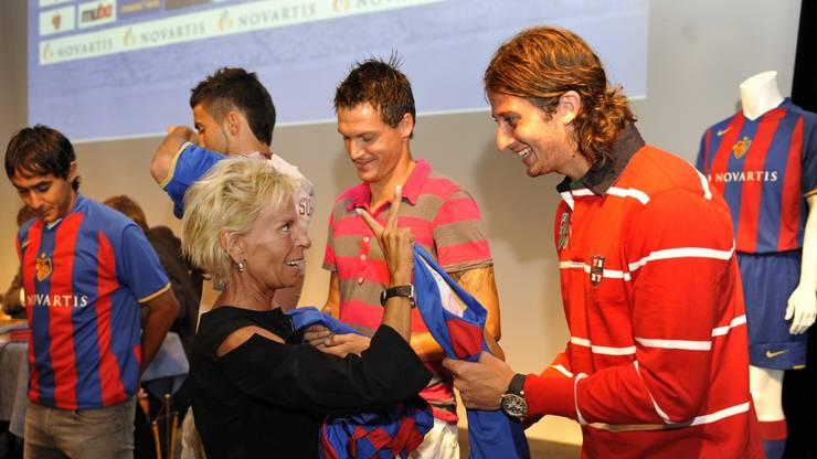 Dieses Foto ist 12 Jahre alt. Gigi Oeri und David Abraham kurz nach dessen Verpflichtung im Juli 2008.