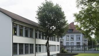 Die Gemeindeversammlung entscheidet unter anderem über einen Kredit für die Sanierung der Heizungsanlage im Schulhaus (rechts).