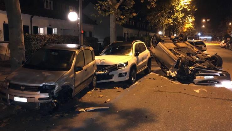 Beim Unfall beschädigte der Fahrer auch zwei parkierte Autos.