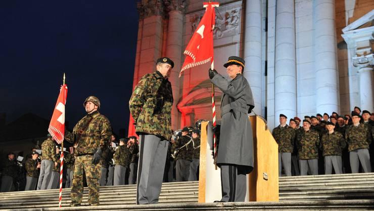 Kommandant Hans Schatzmann (Mitte) hat die Standarte der Brigade übergeben. (Bild: Urs Lindt)