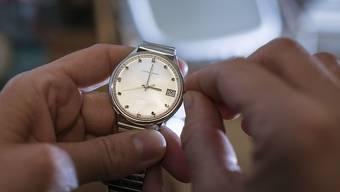 Am morgigen Sonntag wird die Uhr wieder um eine Stunde verstellt. Das System der Sommerzeit ist ein kontroverses Thema mit einer hundertjährigen Geschichte. (Symbolbild)