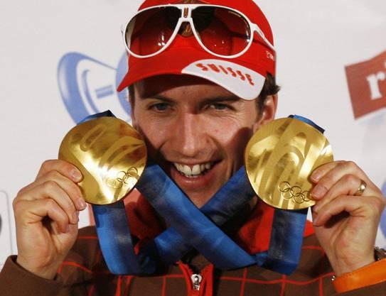 Simon Ammann mit den beiden Goldmedaillen von den Olympischen Spielen in Vancouver 2010