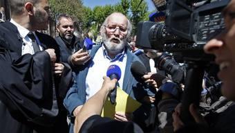 Jean-Claude Mas wird am Montag nach Verlassen des Gerichts von Medienleuten umzingelt.