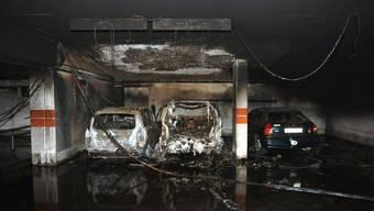 Neben dem vollkommen ausgebrannten Auto sind drei Dutzend weitere Personenwagen beschädigt worden. (Symbolbild)